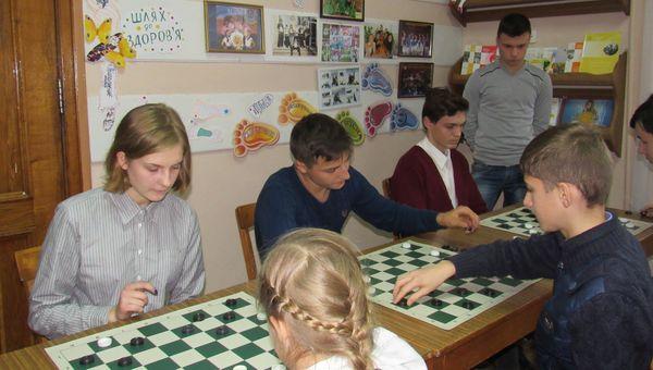 Змагання серед школярів з шашок